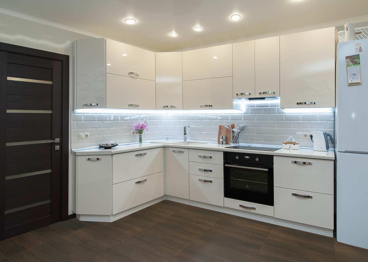 Угловые кухни фото белые фасады